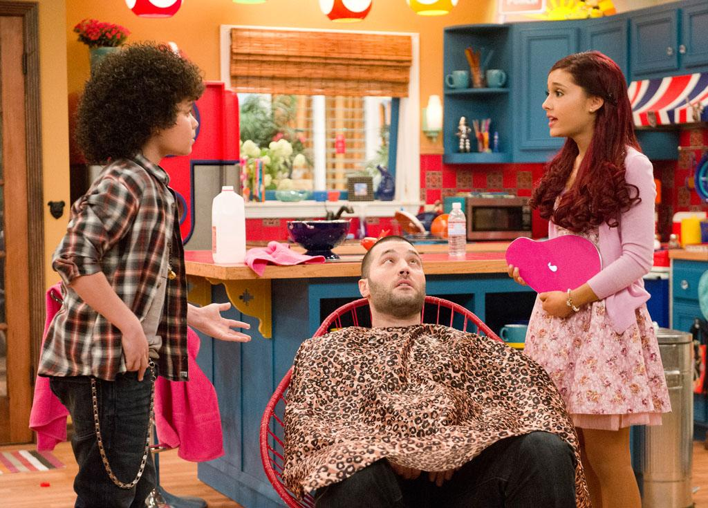 "Sam (Jennette McCurdy), Cat (Ariana Grande), and Goomer (Zoran Korach) in the ""Sam & Cat"" episode, ""#GoomerSitting."""