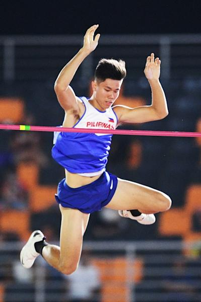 Pole vaulter Ernest Obiena added to the Philippines' medal tally with a Games record jump of 5.45 metres - enough to qualify him for the Tokyo Olympics next year (AFP Photo/TED ALJIBE)