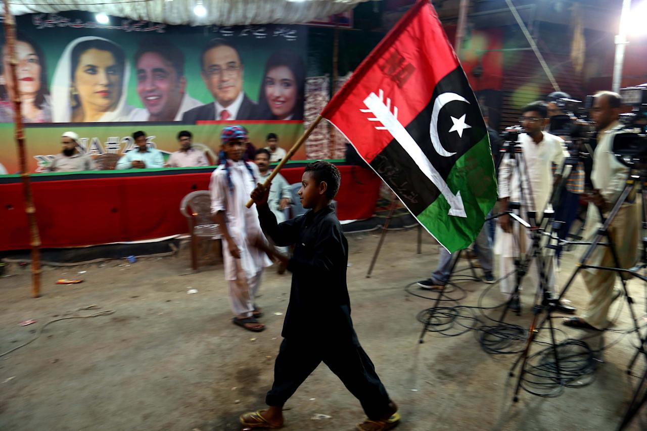 KHI01. Karachi (Pakistan), 20/07/2018.- A supporter of Pakistan People Party waves the party's flag as he listens to a speech by PPP chairman Bilawal Bhutto Zardari during an election campaign in Karachi, Pakistan, 20 July 2018. Pakistan is set to hold general and provincial elections on 25 July with around 105 million people registered to vote, according to the election commission. (Elecciones) EFE/EPA/SHAHZAIB AKBER