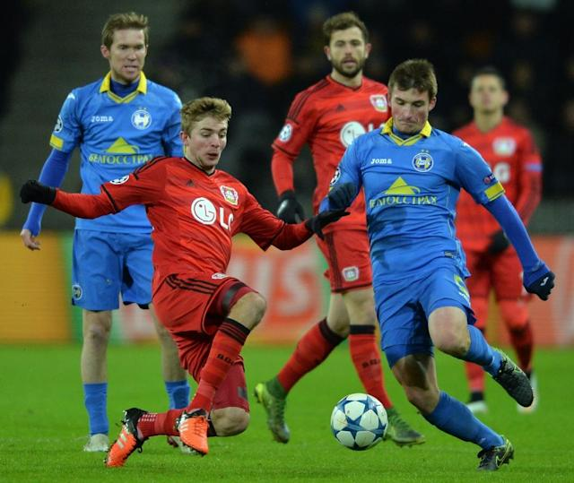Bayer Leverkusen's midfielder Christoph Kramer (L) fights for the ball with BATE Borisov's midfielder Evgeni Yablonski during a UEFA Champions League match on November 24, 2015 (AFP Photo/Maxim Malinovsky)