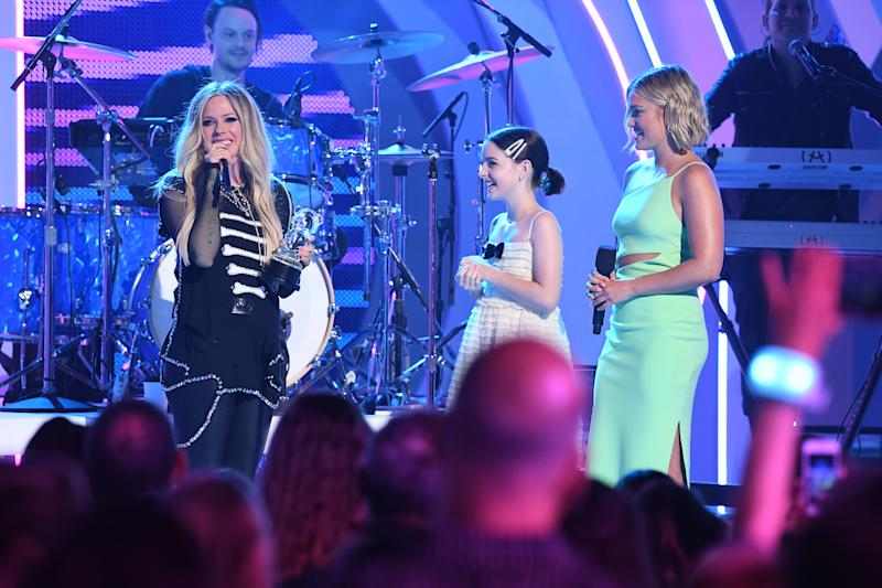 Lavigne received the Shero Award from actresses McKenna Grace and Olivia Holt. Image via Getty Images.