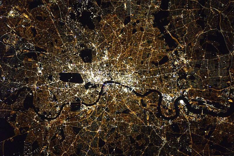 Dazzling London: the picture was taken from the International Space Station: @astro_kimbroug