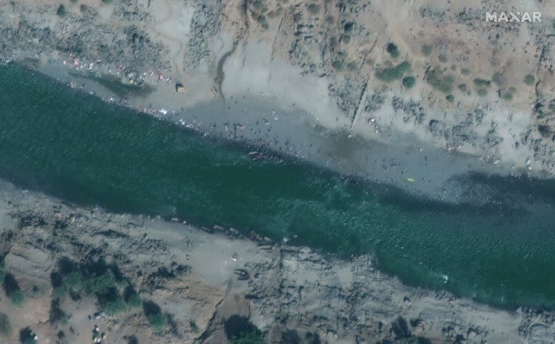 Overview of refugees crossing the Tekeze river