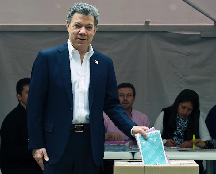 Colombian President Juan Manuel Santos casts his vote during local elections at Bolivar Square in Bogota on October 25, 2015 (AFP Photo/Luis Acosta)