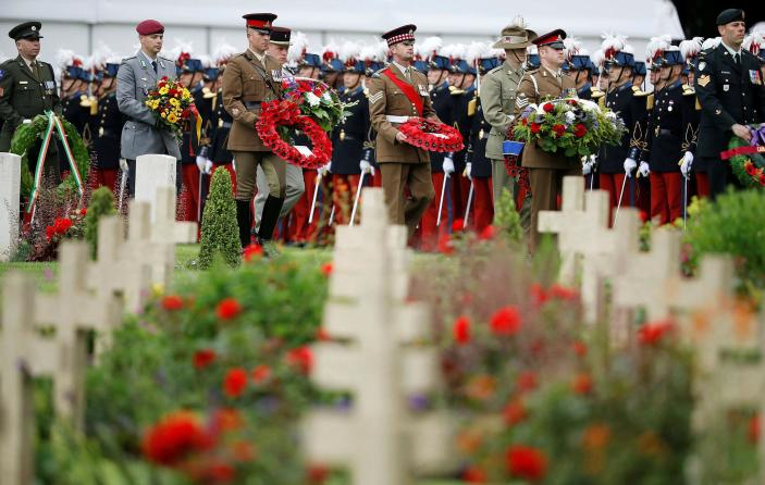<p>Soldiers carry wreaths as they attend a commemoration event at the Thiepval memorial to mark the 100th anniversary of the Battle of the Somme in Thiepval, northern France July 1, 2016. (Photo: Phil Noble/REUTERS) </p>