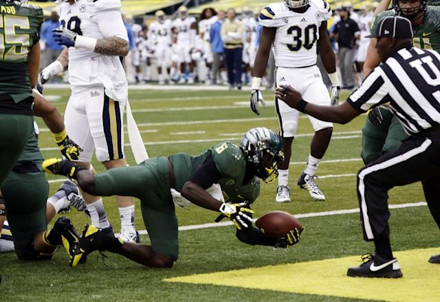 Oregon running back DeAnthony Thomas dives in for a touchdown during the first half of an NCAA college football game against UCLA in Eugene, Ore., Saturday, Oct. 26, 2013. (AP Photo/Don Ryan)