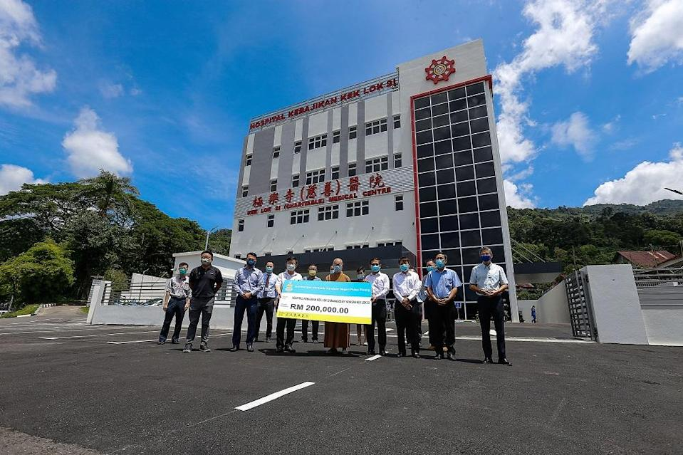 Penang Chief Minister Chow Kon Yeow presents a cheque to the Kek Lok Si Charitable Hospital in Air Itam April 23, 2021. ― Picture by Sayuti Zainudin