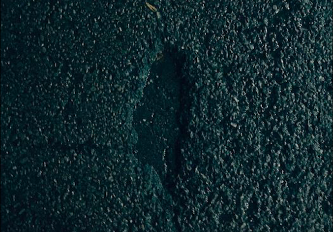<p>An imprint of Taiwan was discovered on an asphalt road leading many to point out the similarity between it and Chi Po-lin's 2013 documentary. (Photo courtesy of Max Huang/Facebook)</p>