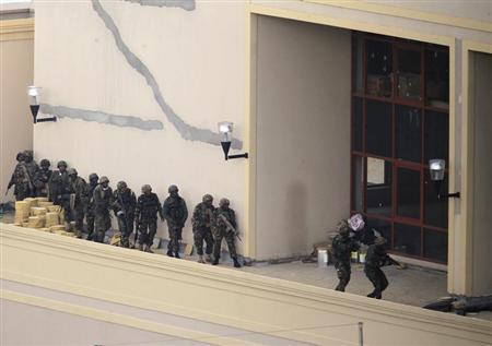 Kenya Defence Forces soldiers comb the rooftop of the Westgate shopping mall in Nairobi