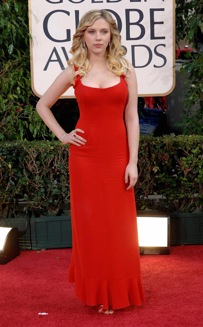 Scarlett Johansson, con un Valentino rojo en los Globos de Oro 2006. (Photo: AFP via Getty Images)
