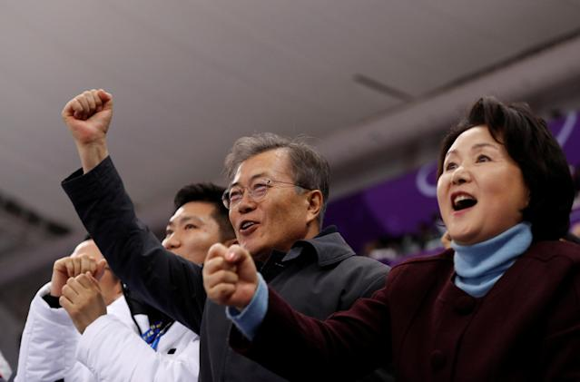Short Track Speed Skating Events - Pyeongchang 2018 Winter Olympics - Women's 1500m Final - Gangneung Ice Arena - Gangneung, South Korea - February 17, 2018 - South Korea's President Moon Jae-in and his wife Kim Jung-sook celebrate after Choi Min-jeong of South Korea won gold. REUTERS/John Sibley TPX IMAGES OF THE DAY