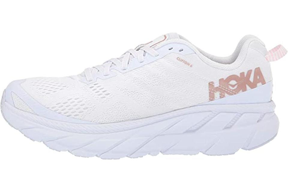 hoka one one clifton 6, chaussures de course blanches, chaussures épaisses