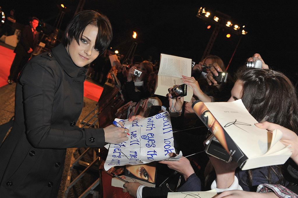 "<a href=""http://movies.yahoo.com/movie/contributor/1807776250"">Kristen Stewart</a> attends the <a href=""http://movies.yahoo.com/movie/1810055802/info"">The Twilight Saga: New Moon</a> fan event in London - 11/11/2009"
