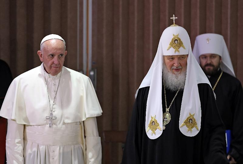 Pope Francis (left), the head of the Russian Orthodox Church, Patriarch Kirill attend a historic meeting in Havana on February 12, 2016 (AFP Photo/Alejandro Ernesto)