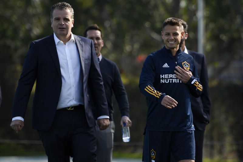 """Los Angeles Galaxy's Javier """"Chicharito"""" Hernndez, right, walks to the practice field with general manager Dennis te Kloese for an MLS soccer training session in Carson, Calif., Thursday, Jan. 23, 2020. (AP Photo/Kelvin Kuo)"""