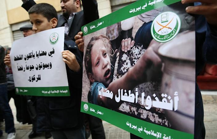 Activists demonstrate outside the ICRC headquarters in the Lebanese capital Beirut on January 8, 2016 to pledge solidarity with the people of the besieged Syrian town of Madaya (AFP Photo/Joseph Eid)