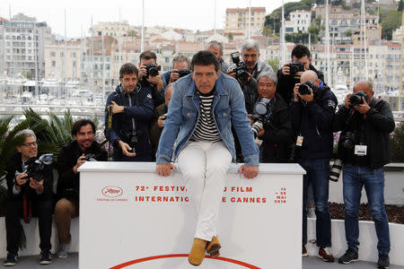 """72nd Cannes Film Festival - Photocall for the film """"Pain and Glory"""" (Dolor y Gloria) in competition - Cannes, France, May 18, 2019. Cast member Antonio Banderas poses. REUTERS/Jean-Paul Pelissier"""
