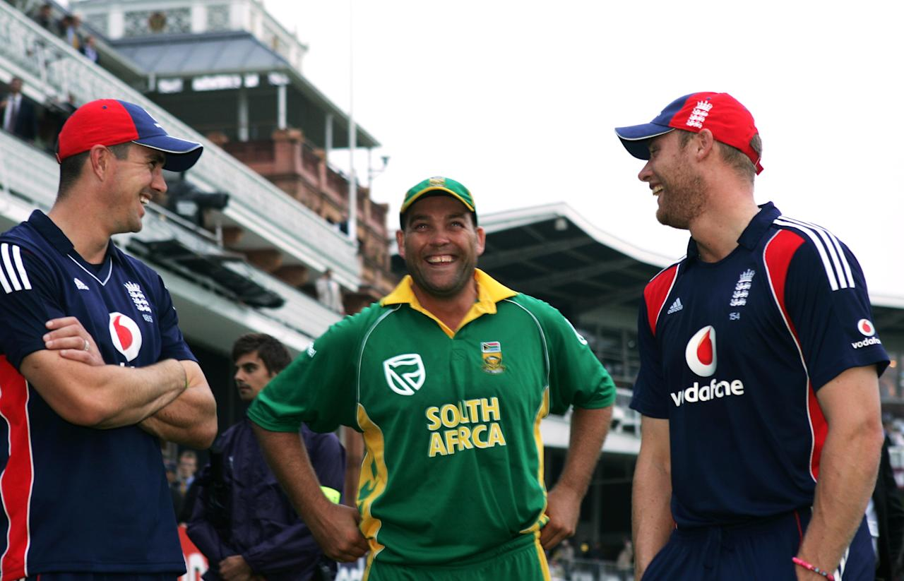 LONDON - AUGUST 31: Kevin Pietersen (L) and Andrew Flintoff of England laugh with Jacques Kallis of South Africa after the Fourth NatWest One Day International between England and South Africa at Lord's on August 31, 2008 in London, England.  (Photo by Christopher Lee/Getty Images)