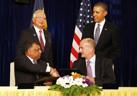 U.S. President Obama and Malaysian PM Razak witness signing of major business agreement between GE and AirAsia X in Kuala Lumpur