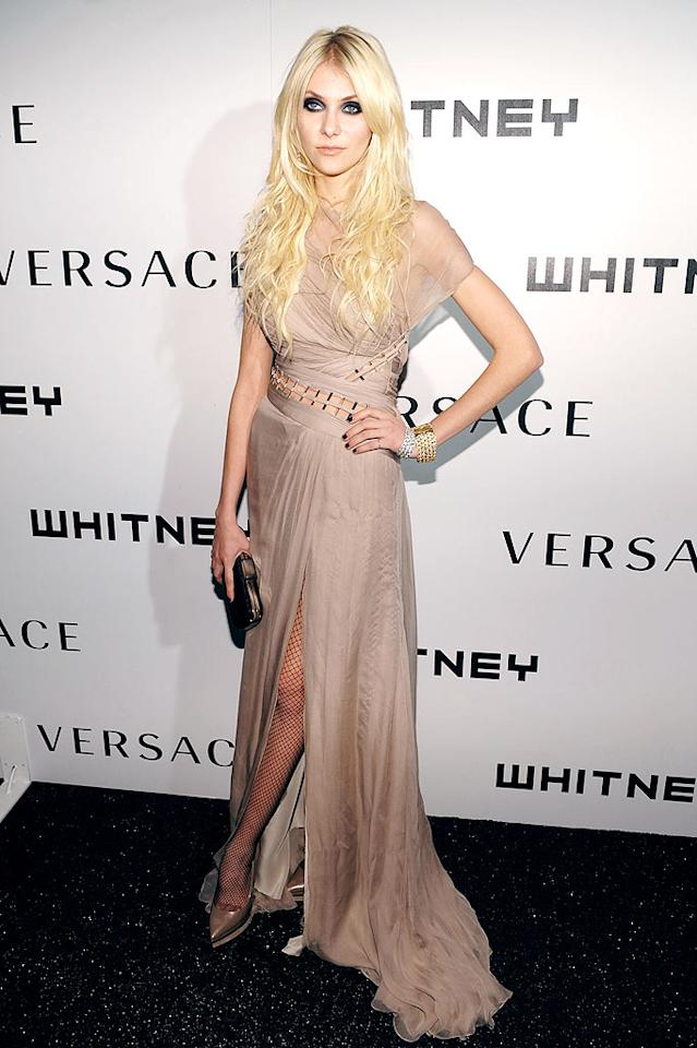 """""""Gossip Girl's"""" Taylor Momsen sulked while walking the red carpet in chiffon, fishnet stockings, and heavy eyeliner. Dimitrios Kambouris/<a href=""""http://www.wireimage.com"""" target=""""new"""">WireImage.com</a> - October 19, 2009"""