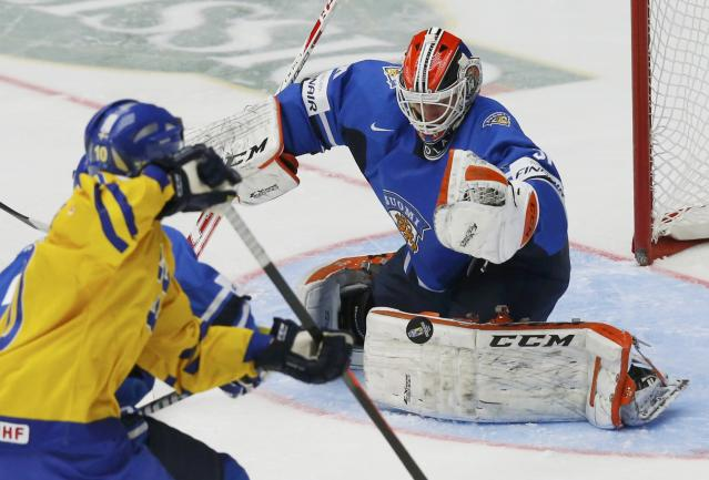 Finland's goalie Juuse Saros makes a save against Sweden during the second period of their IIHF World Junior Championship ice hockey game in Malmo, Sweden, January 5, 2014. REUTERS/Alexander Demianchuk (SWEDEN - Tags: SPORT ICE HOCKEY)