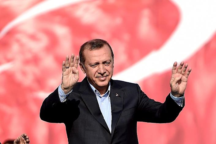 Turkish President Recep Tayyip Erdogan gestures to supporters during a rally in Istanbul on September 20, 2015 (AFP Photo/Ozan Kose)