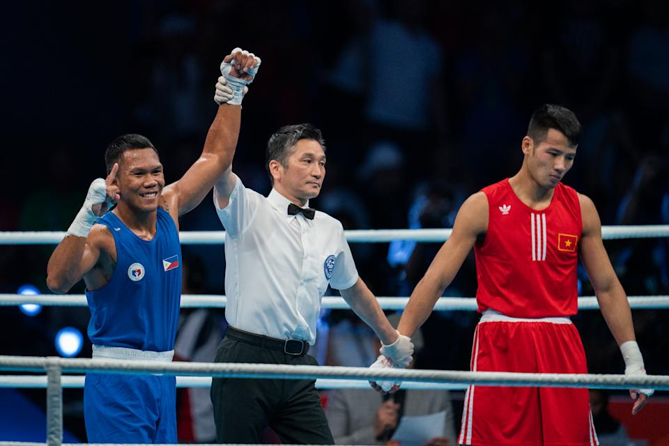 MANILA, PHILIPPINES - DECEMBER 09:  Marcial Eumir Felix (L) of the Philippines wins gold against Nguyen Manh Cuong (R) by knockout in the first round of the Mens Middleweight (75kg) Boxing Final at PICC Forum on Day 9 at the Southeast Asian Games on December 09, 2019 in Manila, Philippines. (Photo by Gary Tyson/Getty Images for SEA Games)