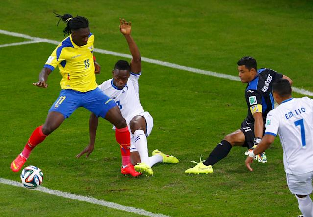 Ecuador's Felipe Caicedo (L) fails to score past (L-R) Maynor Figueroa, Noel Valladares and Emilio Izaguirre of Honduras during their 2014 World Cup Group E soccer match at the Baixada arena in Curitiba June 20, 2014. REUTERS/Amr Abdallah Dalsh (BRAZIL - Tags: SOCCER SPORT WORLD CUP)