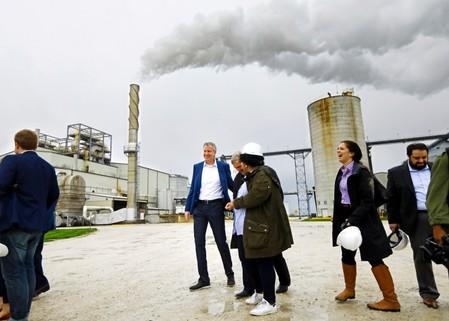 FILE PHOTO: Democratic 2020 U.S. presidential candidate and New York City Mayor Bill de Blasio tours the POET ethanol plant with former U.S. Secretary of Agriculture Tom Vilsack in Gowrie