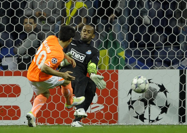 Apoel FC's Paraguayan midfielder Aldo Adorno (L) misses a goal in front FC Porto's Brazilian goalkeeper Helton Arruda (R) during their UEFA Champions League Group G football match at the Dragao Stadium in Porto, on October 19, 2011. The match finished with a 1-1 draw. AFP PHOTO / MIGUEL RIOPA (Photo credit should read MIGUEL RIOPA/AFP/Getty Images)