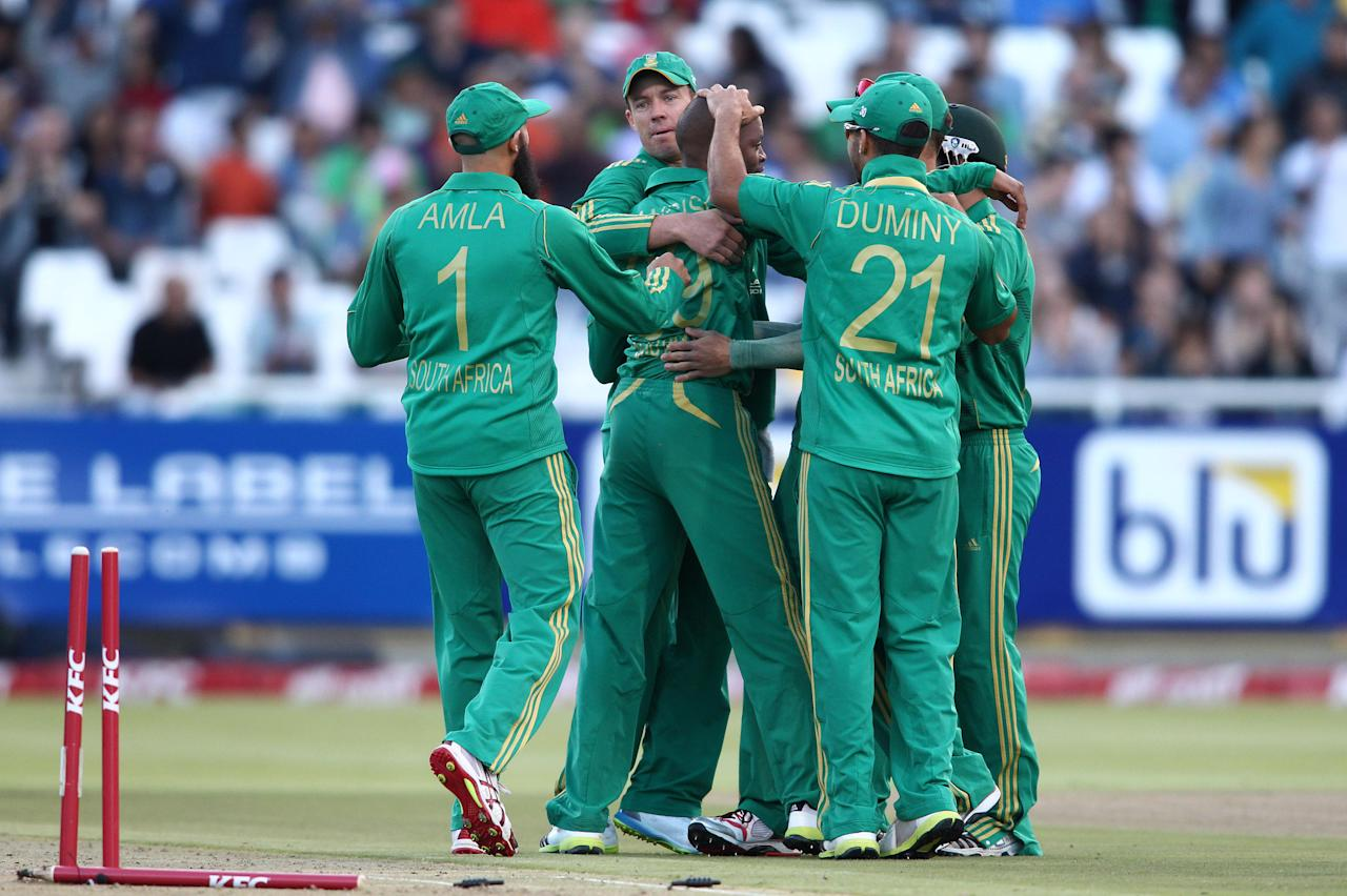 CAPE TOWN, SOUTH AFRICA - NOVEMBER 22: Aaron Phangiso of South Africa is congratulated by Hashim Amla of South Africa, AB de Villiers of South Africa and JP Duminy of South Africa for getting Nasir Jamshed of Pakistan wicket during the 2nd T20 International match between South Africa and Pakistan at Sahara Park Newlands on November 22, 2013 in Cape Town, South Africa. (Photo by Shaun Roy/Gallo Images/Getty Images)