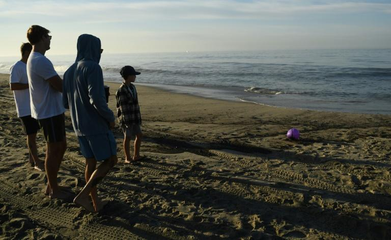 """Residents were warned to steer clear of the shoreline and the ocean was closed to swimming and surfing """"due to potential contamination"""" from the oil spill of the coast of Orange County, California (AFP/Patrick T. FALLON)"""