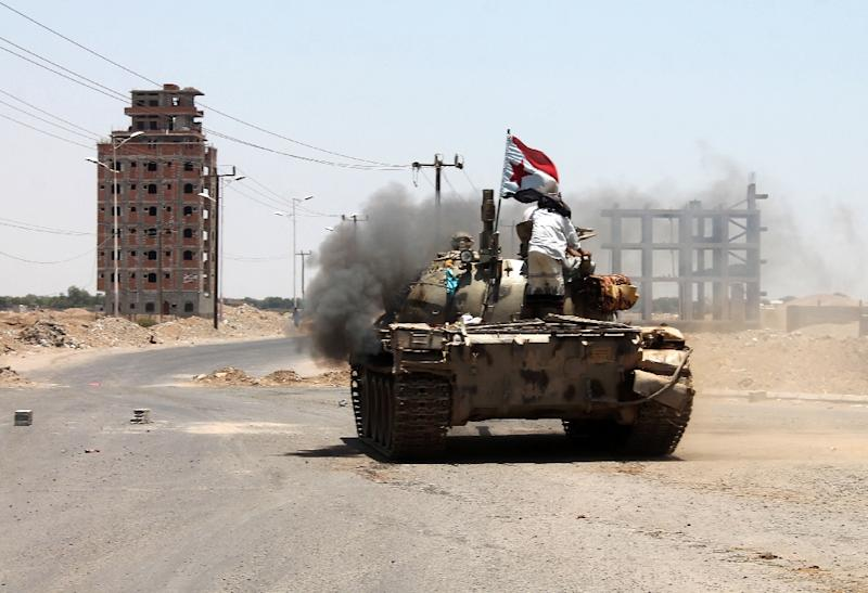 Armed militiamen, allied to fugitive President Abedrabbo Mansour Hadi, man a tank during clashes with opponents and Huthi rebels in the port city of Aden's Dar Saad suburb, on April 22, 2015 (AFP Photo/Saleh al-Obeidi)