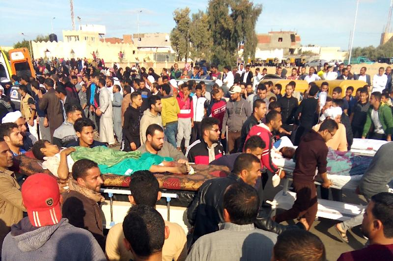 Egyptians carry victims on stretchers following an attack on the Rawda mosque in the Sinai Peninsula on November 24, 2017, that killed more than 300 people (AFP Photo/-)
