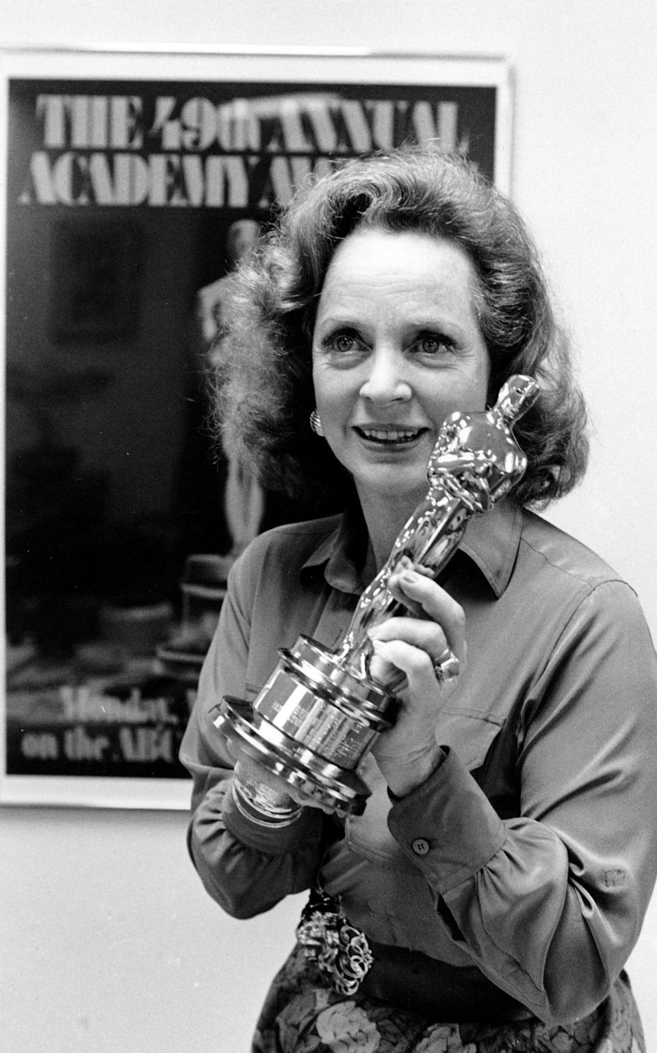 Beatrice Straight with her Oscar statuette in 1976 - AP