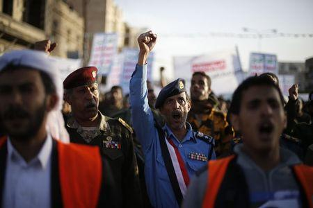 Army and police officers loyal to the Houthi movement shout slogans as they take part in a demonstration to show support to the movement in Sanaa January 23, 2015.    REUTERS/Khaled Abdullah