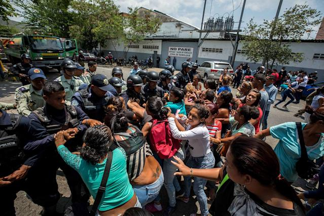 <p>A group of relatives of prisoners protest before members of the Police, in the vicinity of the detention center of the State Police of Carabobo (center), in Valencia, Venezuela, March 28, 2018. (Photo: Miguel Gutiérrez/EPA-EFE/REX/Shutterstock) </p>