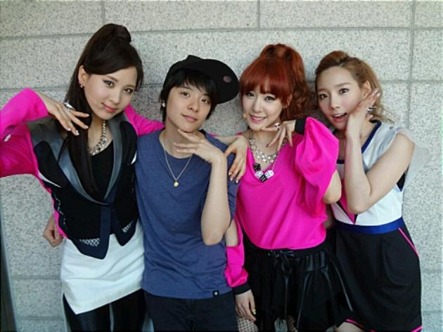 "f(x)'s Amber uses ""manner hand"" on SNSD's Seohyun. (Screengrab of allkpop)"