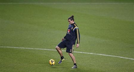 Sweden's Zlatan Ibrahimovic controls the ball during a training session in Lisbon November 14, 2013. REUTERS/Rafael Marchante