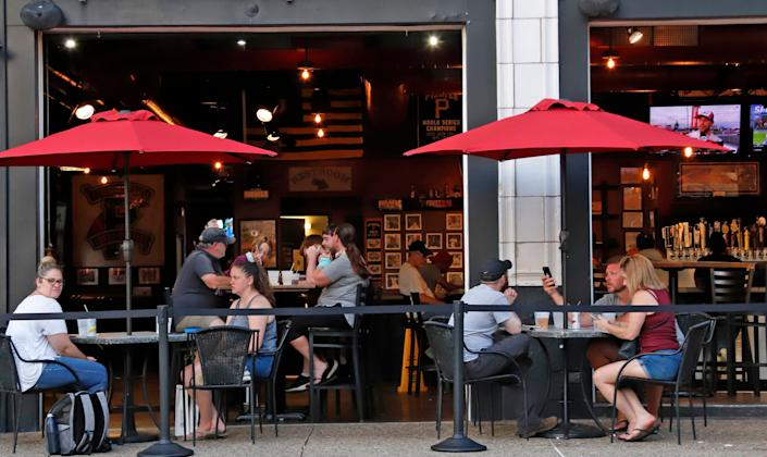 People eat inside and outside at a Pittsburgh restaurant on June 28. The WHO noted multiple reported outbreaks of COVID-19 involving those who became infected after being in crowded indoor spaces, including restaurants, fitness classes and choir practice. (Photo: AP Photo/Gene J. Puskar)