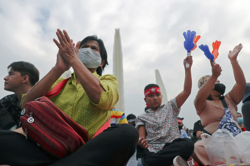 Thai protesters urge king to reach out royalists also gather