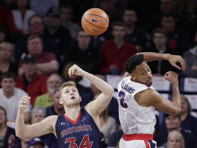 "Saint Mary's center <a class=""link rapid-noclick-resp"" href=""/ncaab/players/126987/"" data-ylk=""slk:Jock Landale"">Jock Landale</a> (34) and Gonzaga forward <a class=""link rapid-noclick-resp"" href=""/ncaaf/players/208159/"" data-ylk=""slk:Johnathan Williams"">Johnathan Williams</a> go after the ball during the first half of an NCAA college basketball game in Spokane, Wash., Thursday, Jan. 18, 2018. (AP Photo/Young Kwak)"