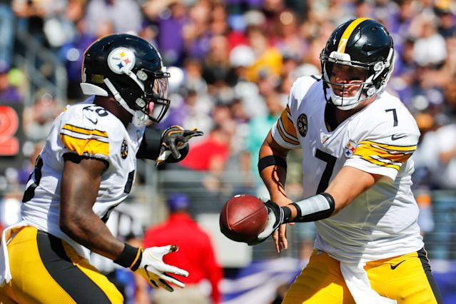 Le'Veon Bell (L) says Ben Roethlisberger treats teammates like they aren't on his level. (AP)