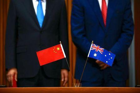 Australia's Prime Minister Malcolm Turnbull (R) stands with Chinese Premier Li Keqiang during an official signing ceremony at Parliament House in Canberra, Australia, March 24, 2017. REUTERS/David Gray