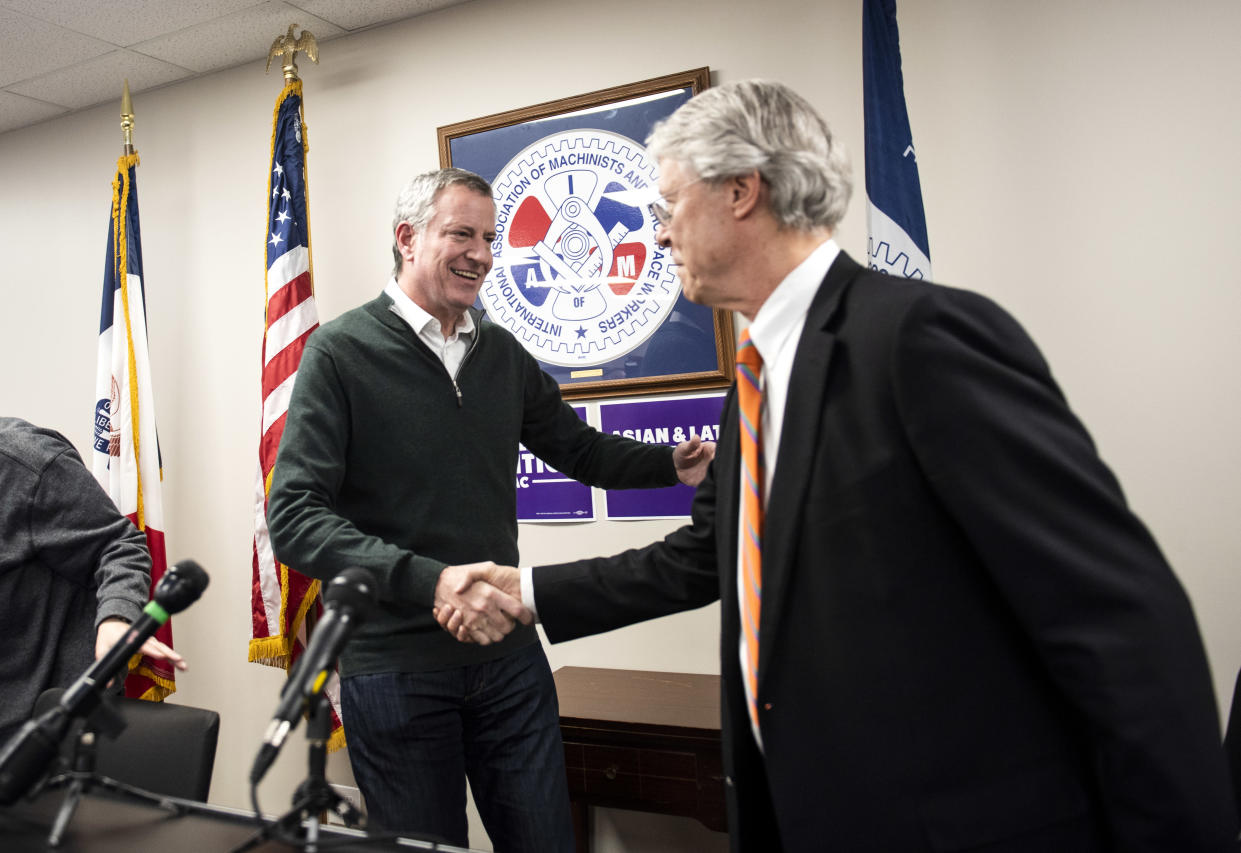 New York City Mayor Bill de Blasio shakes hands with Des Moines Mayor Frank Cownie. (Photo: Stephen Maturen/Getty Images)
