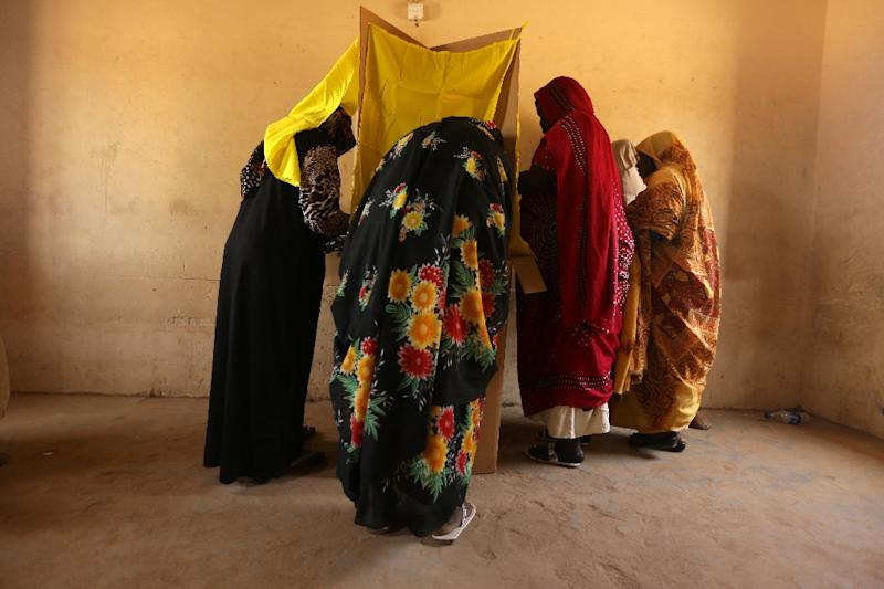 Sudanese women prepare to cast their votes in the country's elections at a polling station in a classroom in Khartoum's southern suburb of Mayo on April 14, 2015 (AFP Photo/Patrick Baz)