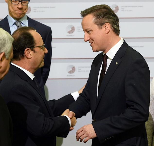 French President Francois Hollande (left) greets British Prime Minister David Cameron at a summit in Riga on May 22, 2015 (AFP Photo/Janek Skarzynski)