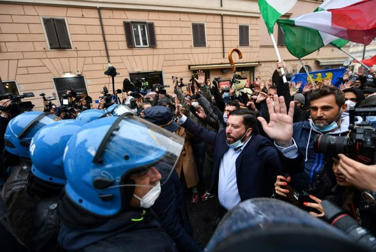 Hundreds protested in Rome against weeks of restaurant closures due to Covid-19