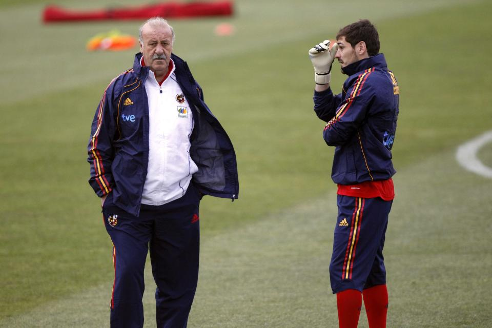 Spain's goalkeeper Iker Casillas (R) speaks with his coach Vicente del Bosque during a training session in Potchefstroom June 12, 2010 . REUTERS/Marcelo del Pozo (SOUTH AFRICA - Tags: SPORT SOCCER WORLD CUP)