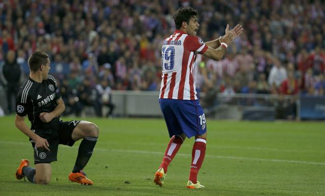 Atletico Madrid's Diego Costa (R) requests a handball decision by the referee after Chelsea?s Cesar Azpilicueta played the ball during their Champions League semi-final first leg soccer match at Vicente Calderon stadium in Madrid April 22, 2014. REUTERS/Paul Hanna (SPAIN - Tags: SPORT SOCCER)